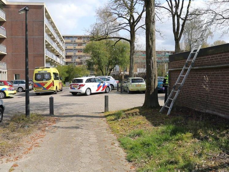Man uit Apeldoorn raakt ernstig gewond bij val van dak