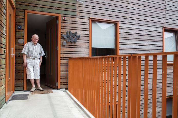 Hr. van Otterdijk voor zijn woning in Liessel
