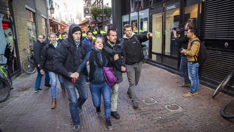 Het protest van Pegida (Demonstranten van Pegida voeren actie tegen de komst van vluchtelingen die moslim zijn) in de Utrechtse binnenstad heeft tot opstootjes geleid nadat tegenstanders van de beweging het Vredenburg probeerden te bereiken. Beeld anp