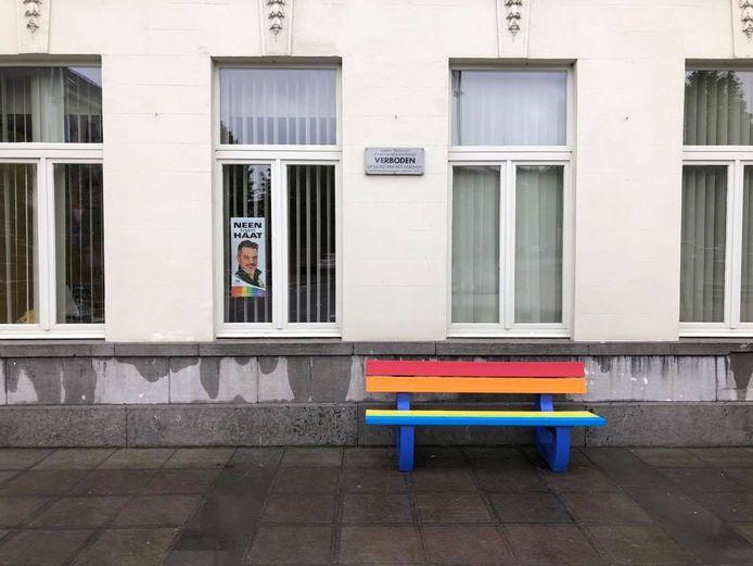 een regenboogbank staat onder meer tegen de gevel van het stadhuis op het Sint-Maartensplein