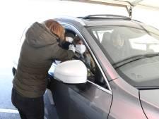 Vanuit het autoraampje met coronaklachten langs de dokter: 'huisartsen-straat' in Goirle geopend