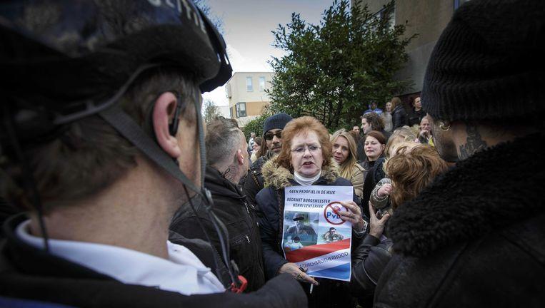 Demonstranten bij de vermoedelijke woning van de voor seksueel misbruik veroordeelde zwemleraar Benno L, zondag. Beeld anp