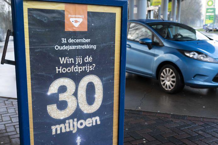 2020-12-30 10:38:55 AMSTERDAM - Oudejaarsloten bij een verkooppunt. Veel mensen kopen aan het eind van het jaar loten van de Staatsloterij in de hoop de hoofdprijs van 30 miljoen of een van de andere prijzen in de wacht te slepen. ANP EVERT ELZINGA