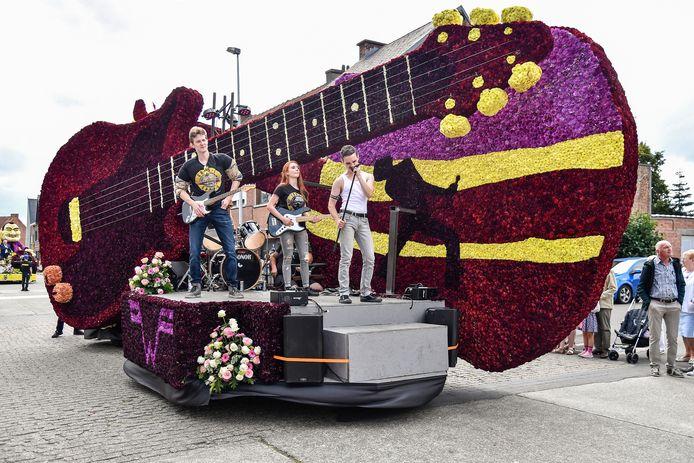 Jeugdhuis Zenith koos voor het betere gitarenwerk, zowel in bloemen als met instrumenten.