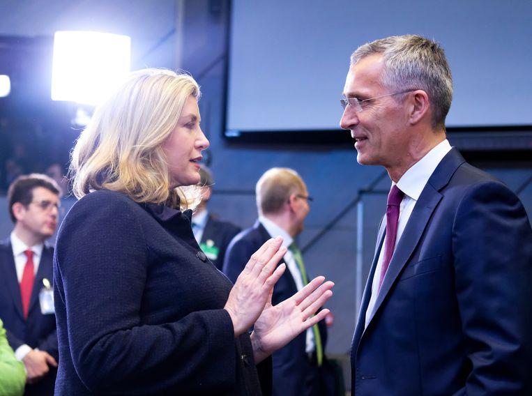 Stoltenberg overlegt met de Britse defensieminister Penny Mordaunt.