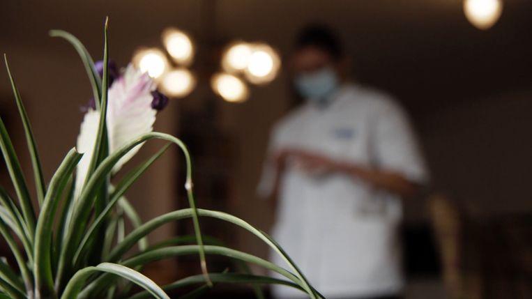Valse verpleegsters maken buit bij vooral oudere bewoners, zo is te zien in Faroek op VTM. Beeld VTM