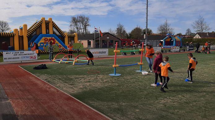 Op het terrein van de korfbalvereniging TOP Arnemuiden allerlei spelletjes zijn voor kinderen van de basisscholen. Groep 1/2 mocht als eerste komen voor anderhalf uur plezier.