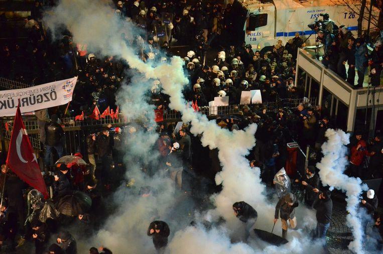 Afgelopen vrijdag bestookte de Turkse politie de redactie van Zaman met traangas. Beeld epa