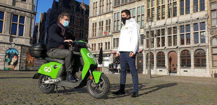 Antwerps schepen van Mobiliteit Koen Kennis (N-VA) testte alvast een scooter van GO Sharing uit.