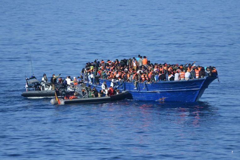 Archiefbeeld: een vluchtelingenboot in de Middellandse Zee.  Beeld AFP