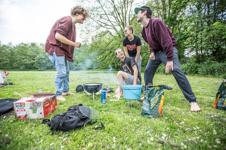 Vergeet het Vondelpark: Amsterdam weet met barbecues het Rembrandtpark te vinden. Beeld Eva Plevier