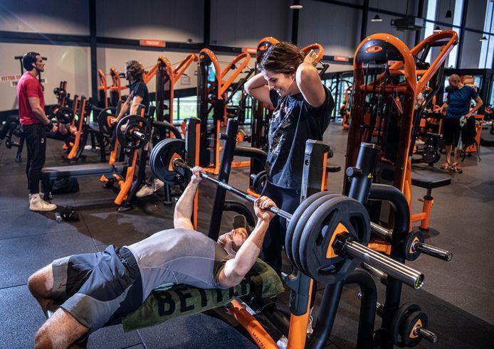 Stijn Mols en Lisa Broers trainen bij de nieuwste vestiging van Basic-Fit in Tilburg.