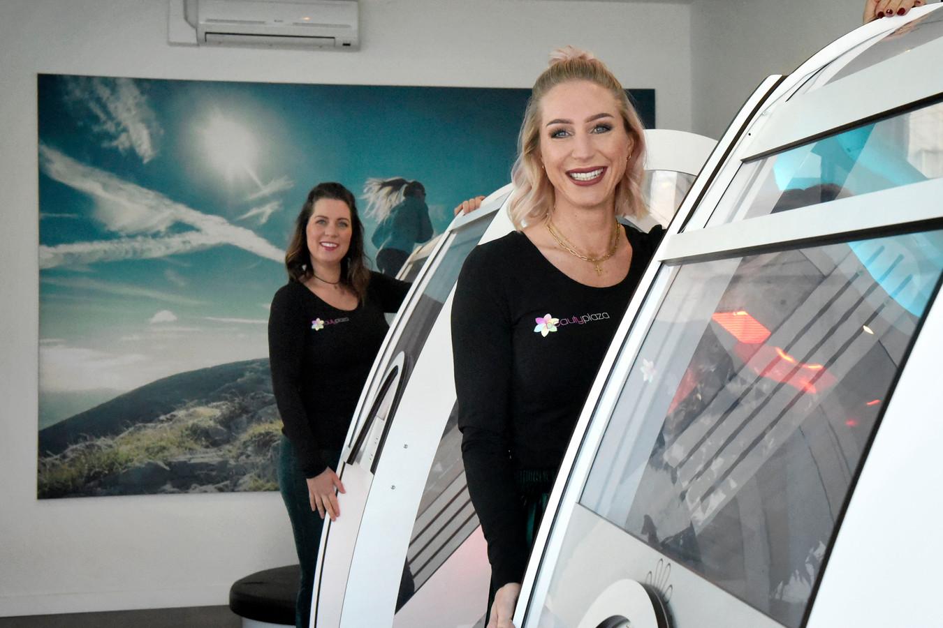 Lotte Veenbrink (rechts) en Sandra Vermeulen, eigenaressen van Beauty Plaza te Montfoort.