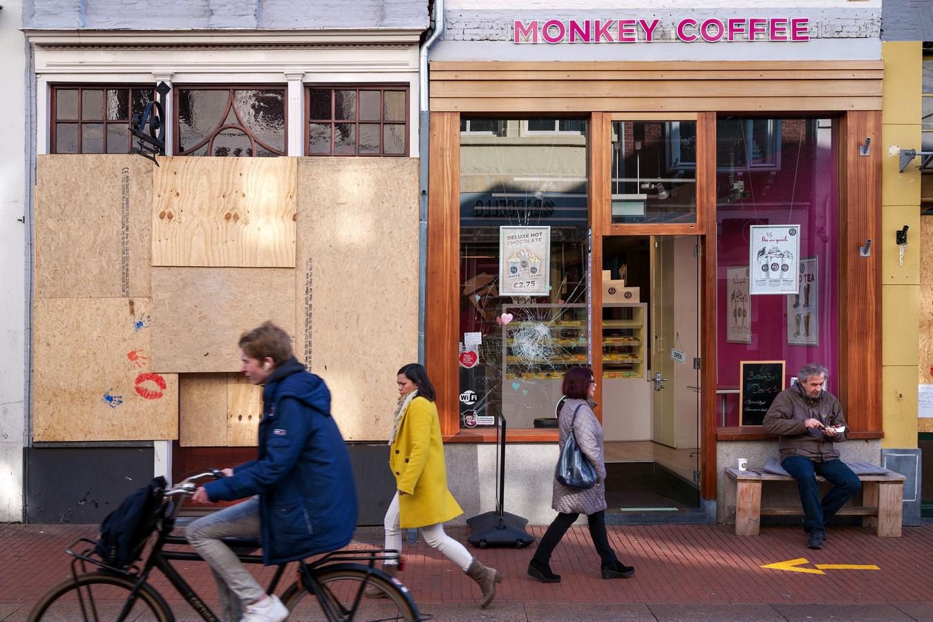 Een dichtgetimmerde winkel, een ster in de ruit: over een paar weken is dit straatbeeld weg.