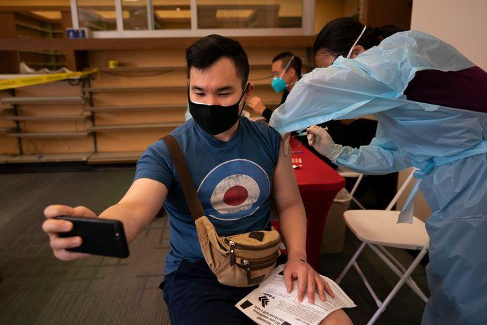 Archiefbeeld ter illustratie. Een man krijgt een vaccin tegen Covid-19 in een vaccinatiecentrum in Los Angeles.