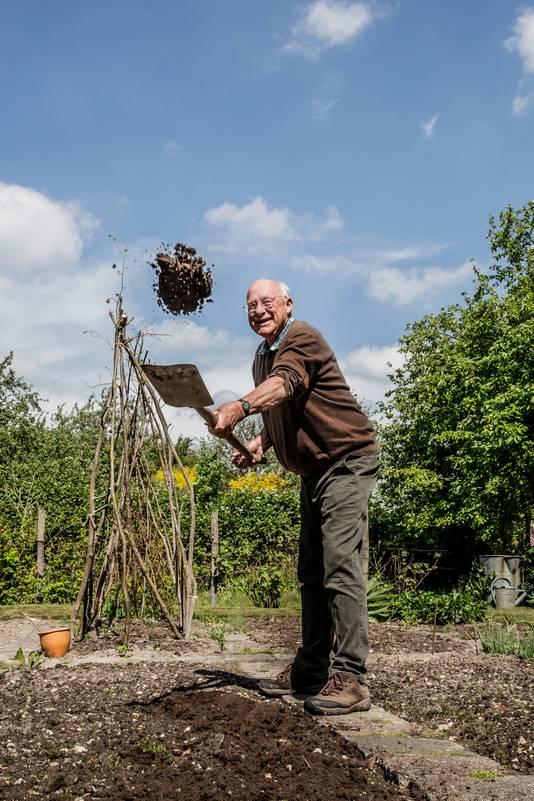 Romke van de Kaa in zijn tuin.