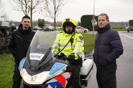 Chris Schoevers (links) en Martin Crul (rechts) haalden de verstandelijk gehandicapten één voor één uit het voertuig.
