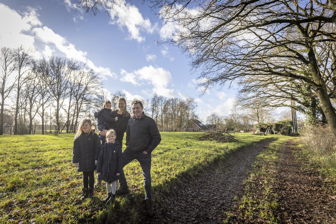"""Het gezin Kenkhuis op het essenlanschap aan het Tusveld in Bornerbroek. """"Een rondweg dwars door de net aangelegde  Doorbraak, dat begrijpt niemand."""""""