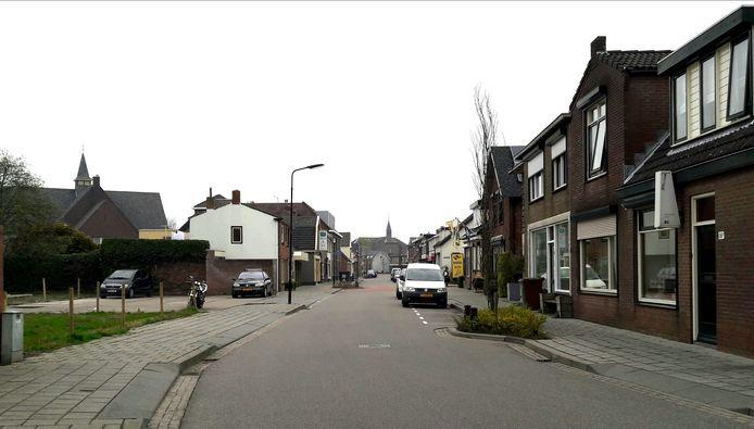 De Dorpsstraat in Krabbendijke. Hier zijn de afgelopen jaren een aantal winkelpanden verbouwd tot appartementen.