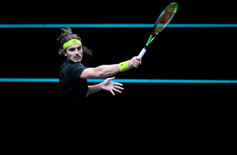 Stefanos Tsitsipas in actie tegen de Russische Karen Khachanov in de kwartfinale van het ABN Amro tennistoernooi.  Beeld REUTERS