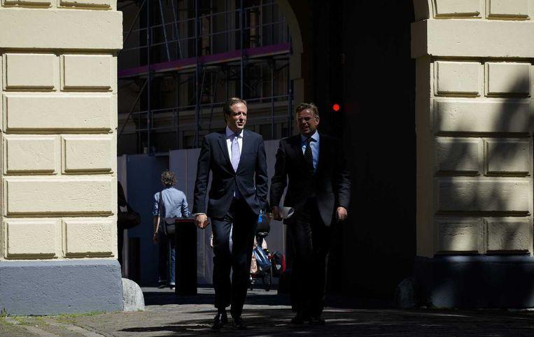 D66-leider Alexander Pechtold (L) en D66-Kamerlid Gerard Schouw arriveren op het Binnenhof voor overleg over een superprovincie Beeld anp