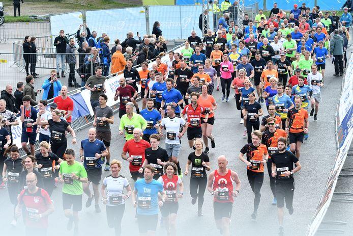 Deelnemers aan de atletiekwedstrijd van de stichting Enschede Marathon.