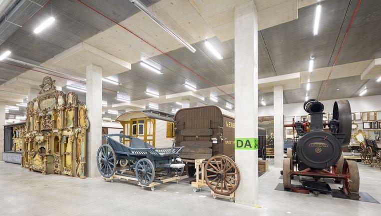 Links het orgel dat vroeger werd verhuurd aan danszalen, van 5,5 meter hoog. Rechts de stoommachine 'Tarzan' van 7.200 kilo. Beeld Lucas van der Wee