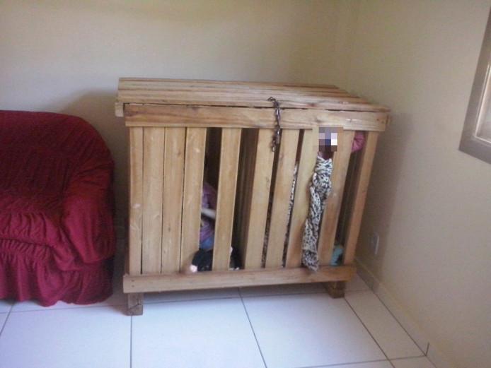 De houten kist waarin de Braziliaanse politie de twee jongens van 3 jaar en 10 maanden aantrof.