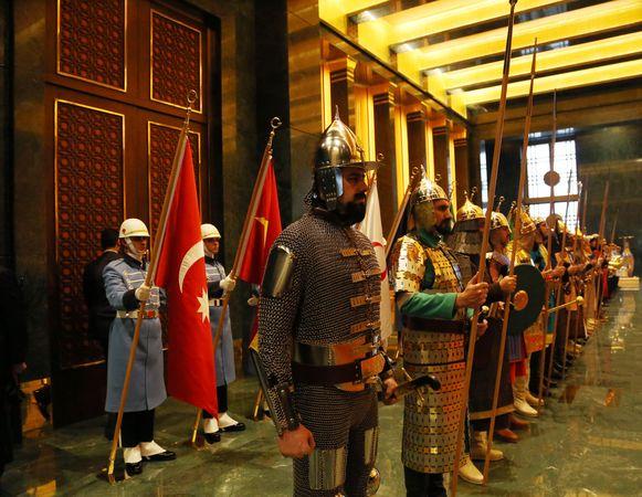 Wachters in het nieuwe Ak saray-paleis.