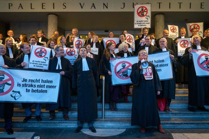 Een unicum: advocaten demonstreren voor het Paleis van Justitie in Arnhem massaal tegen het uitkleden van de sociale rechtshulp.