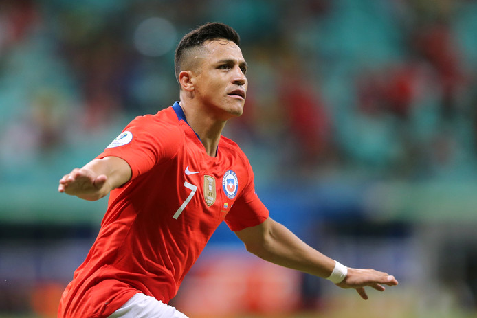 Chili's Alexis Sanchez viert de tweede goal tegen Ecuador.
