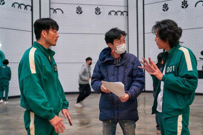 Le producteur Hwang Dong-hyuk (C) avec les acteurs Lee Jung-jae et Park Hae-soo