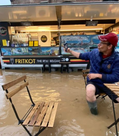 Les pieds dans l'eau pour manger ses frites: une photo étonnante prise à Rhode-Saint-Genèse