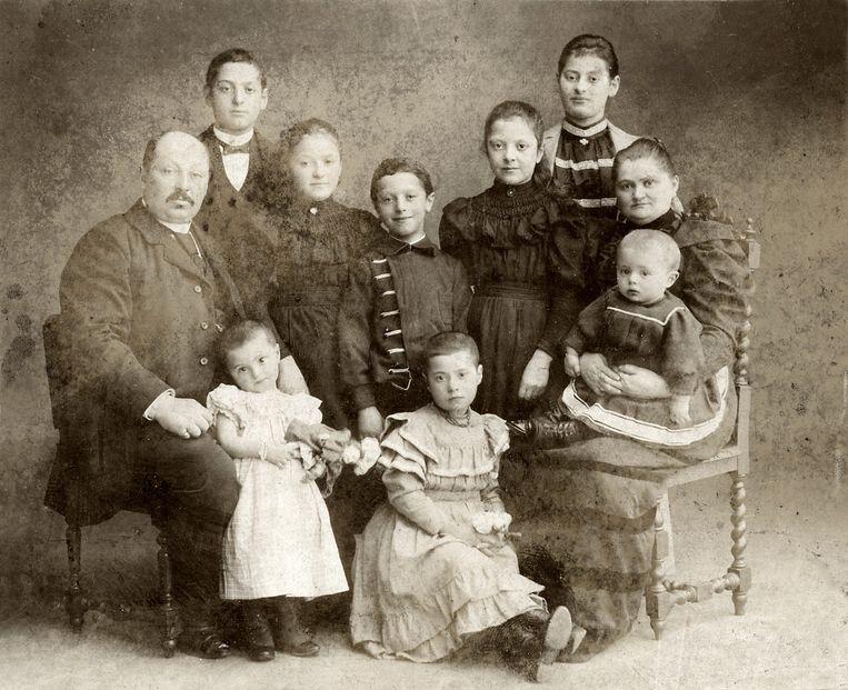 Vader, moeder en acht kinderen in de periode 1900-1920. De nazaten van dit gezin namen niet deel aan het onderzoek. Beeld null