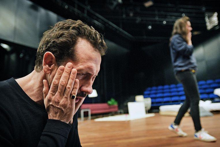 Jacob Derwig in de voorstelling Goed Scheiden. Met actrice Hannah van Lunteren (rechts) speelt hij een ruziënd echtpaar.  Beeld Guus Dubbelman/de Volkskrant