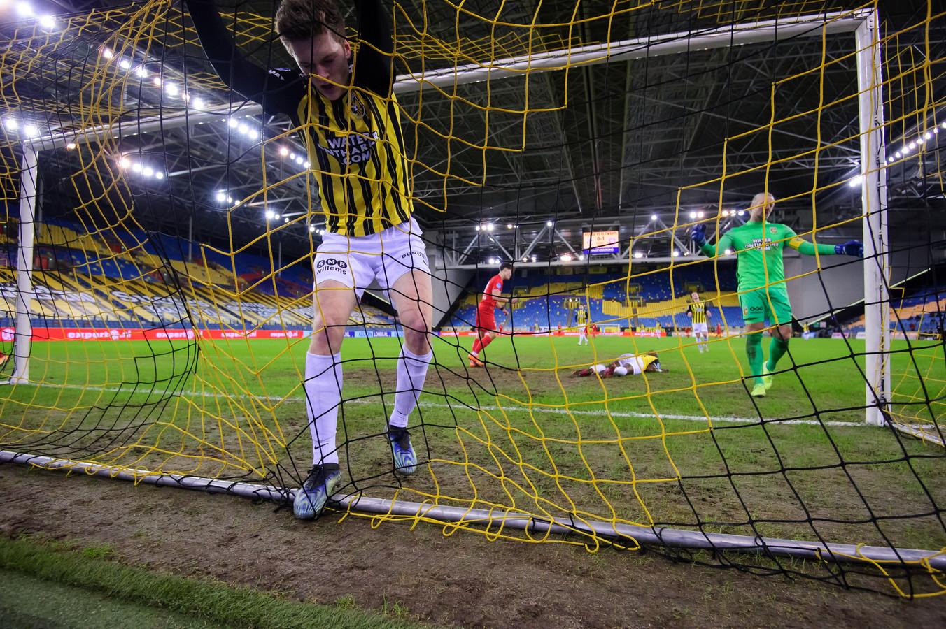 Vitesse hangt in de touwen na de 2-0 van FC Twente. De Arnhemse club heeft nu vier duels op rij niet gewonnen.
