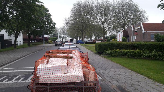 Zowaar een opstopping zaterdagochtend in Sluiskil, voor de minimilieustraat op het Minister Lelyplein.