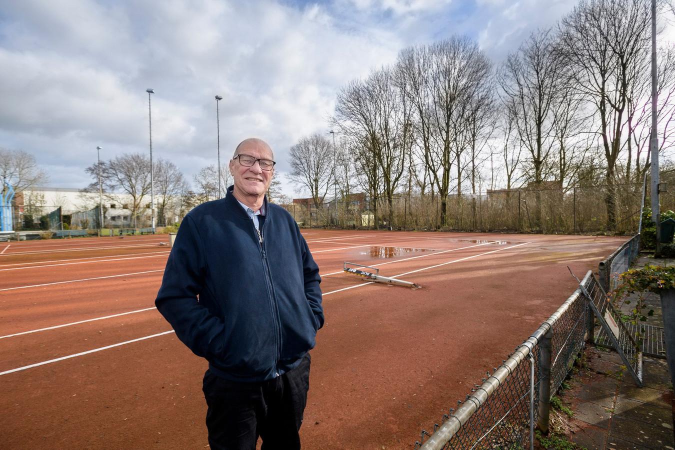 Voorzitter Wiek van Gelder op het sportpark van SLTC.