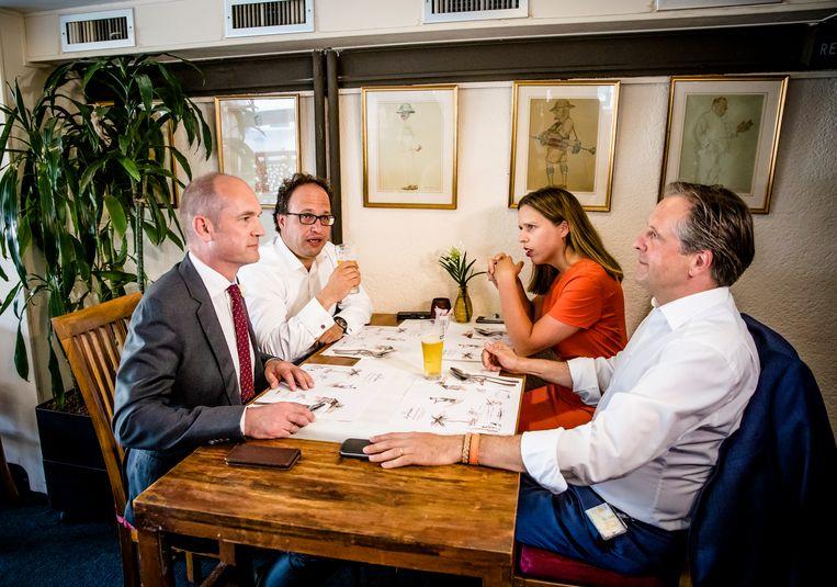 Gert-Jan Segers (ChristenUnie), Wouter Koolmees (D66), Carola Schouten (ChristenUnie) en Alexander Pechtold (D66) overleggen in een restaurant over het nieuw te vormen kabinet. Beeld ANP