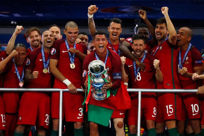 Cristiano Ronaldo viert feest met zijn ploeg nadat Portugal in 2016 Europees kampioen is geworden.