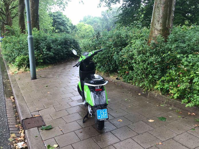 Wethouder Piet Sleeking trof de scooters aan op een stoep in Dubbeldam.