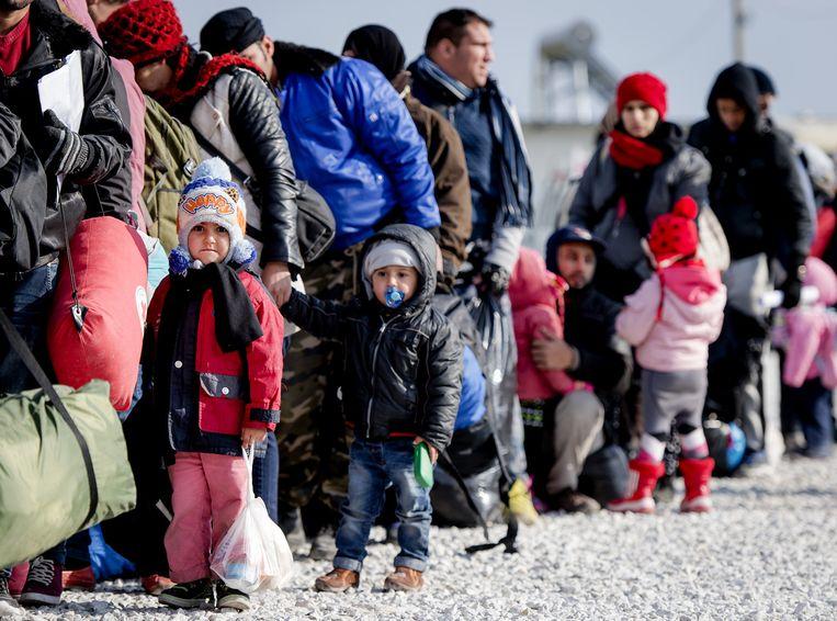 Vluchtelingen met kinderen in Macedonië Beeld anp