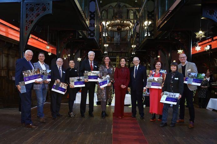 Henk Smeets (derde van links) van het Vughts Museum mocht de prijs in Arnhem in ontvangst nemen.