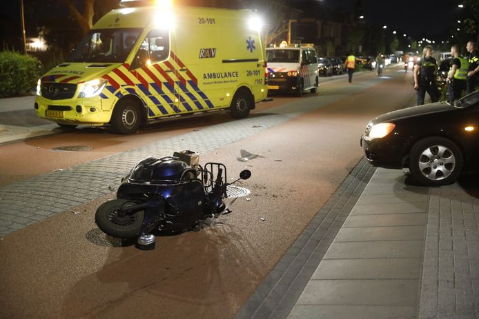 De scooter lag na het ongeval op de Halsterseweg in Bergen op Zoom.
