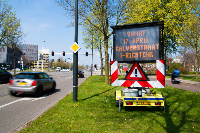 Informatieborden kondigen al enige tijd aan dat vanaf komende woensdag automobilisten een stukje Kalverstraat alleen nog in één richting mogen berijden.