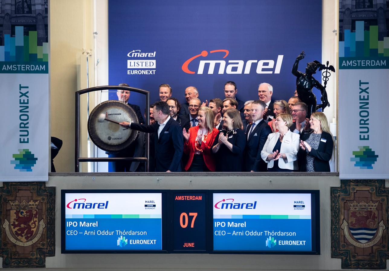 Marel CEO Árni Oddur Thórdarson luidt de gong aan de Euronext beurs in Amsterdam.