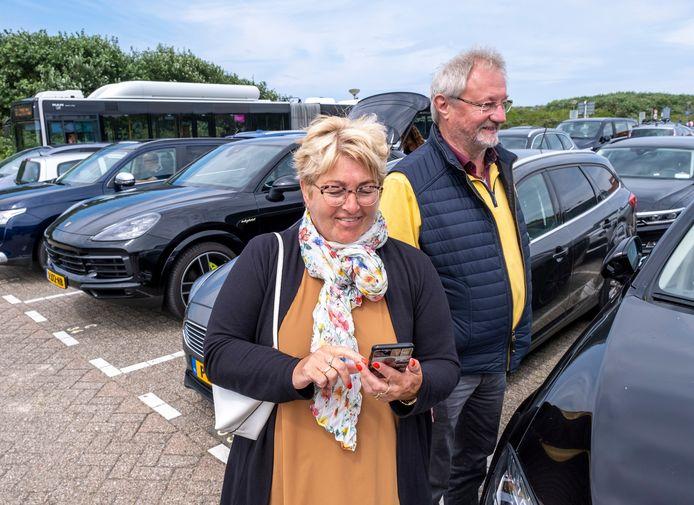 Henk en Mariët Oosterbeld uit Borne hadden er in juli geen moeite mee om 5,20 per uur te betalen voor parkeren langs de duinen bij Domburg. Vanaf volgend jaar mogen daar alleen bewoners staan.