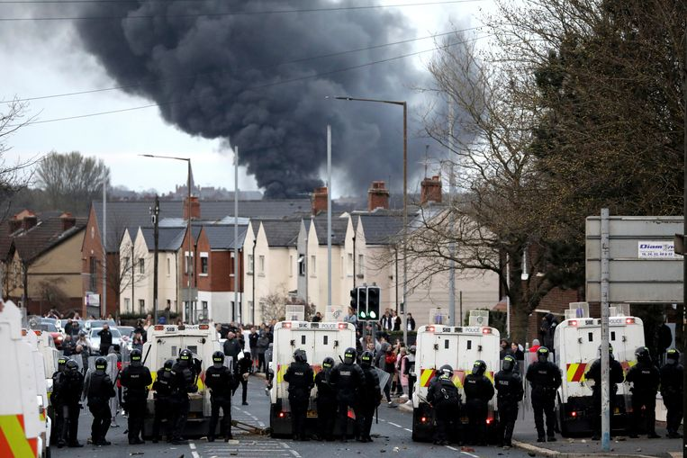 Zwarte rook stijgt op boven Belfast, waar het al meer dan een week onrustig is. Beeld AP