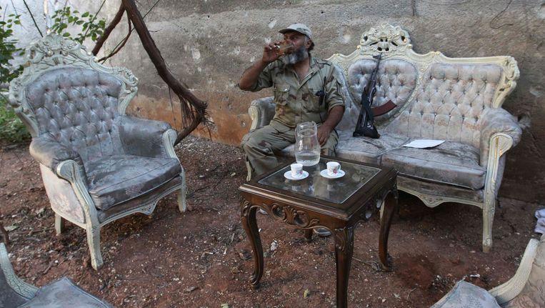 Een strijder van het Vrije Syrische Leger gisteren in Aleppo. Beeld reuters