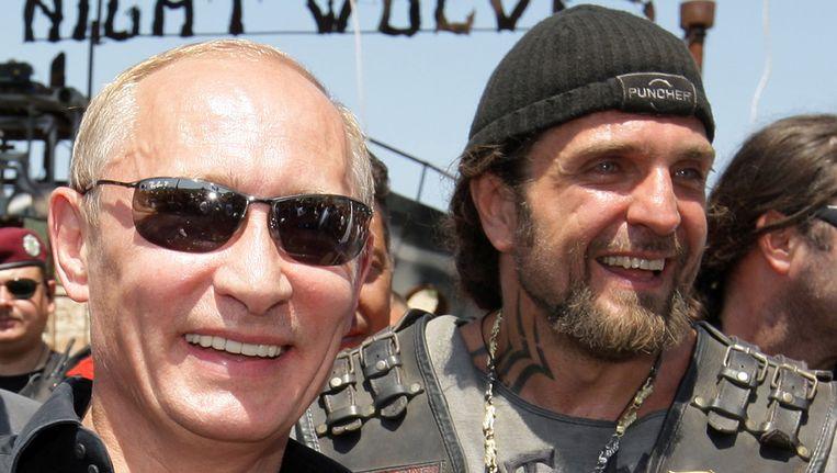De Russische president Poetin in 2010 samen met Alexander Zaldostanov, de voorman van de buiten Rusland omstreden motorclub de Nachtwolven. Beeld AFP